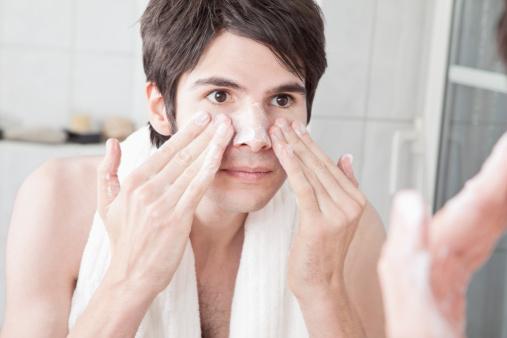 Rửa mặt để làm sạch sâu lỗ chân lông giúp da có thể trao đổi chất và tuần hoàn tốt nhất