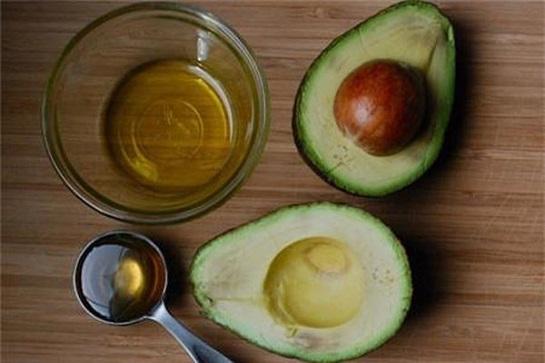 Cách làm trắng da toàn thân bằng dầu oliu và trái bơ