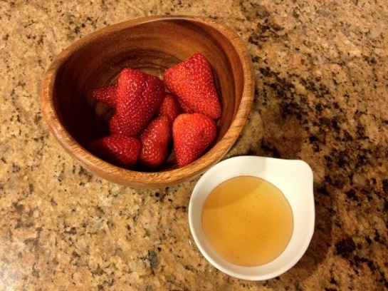 cách làm trắng da mặt nhanh nhất bằng dâu tây + mật ong