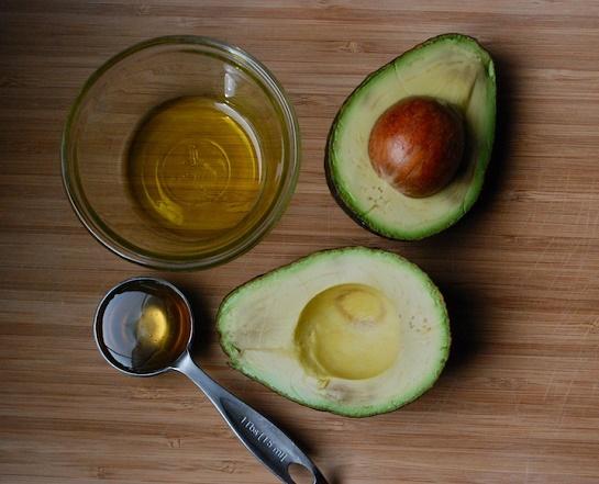 cách trị mụn trứng cá bằng trái bơ + mật ong