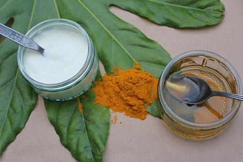 cách làm trắng da mặt từ tự nhiên bằng bột nghệ, sữa chua và mật ong