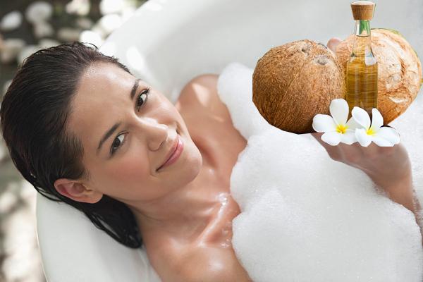 Dùng sữa tắm với dầu dừa có tác dụng dưỡng trắng và bảo vệ da.