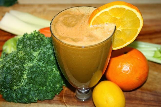 Cách làm trắng da bằng Nước ép cam, bông cải xanh và cải xoong