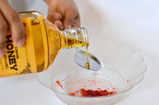 cách làm trắng da mặt tại nhà bằng dâu tây + mật ong