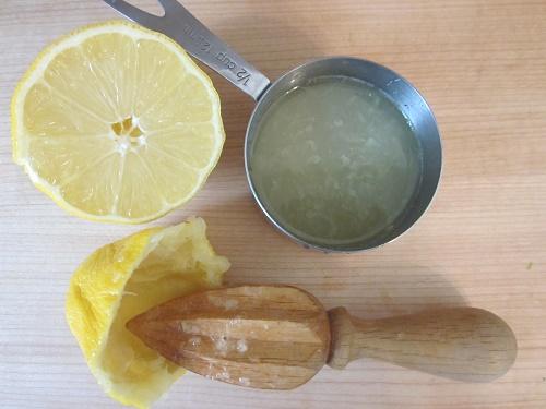 cách trị mụn trứng cá bằng chanh tươi và nước sạch