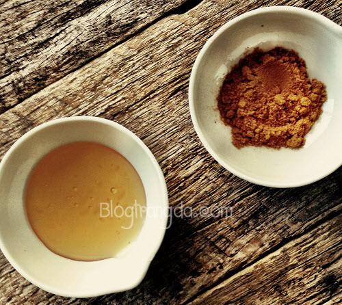 cách trị mụn trứng cá không để lại vết thâm từ bột nghệ và mật ong